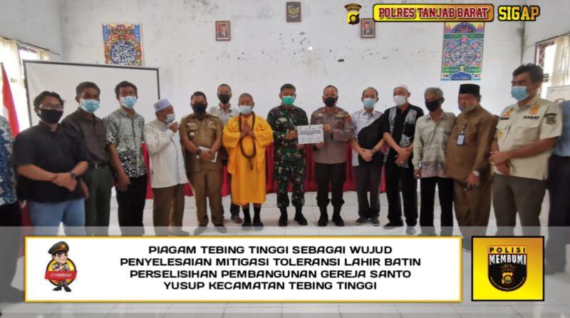 FOTO : Kapolres Tanjab Barat AKBP Guntur Saputro, SIK, MH Saat Menyaksikan Penandatanganan Piagam Tebing Tinggi di Kantor Camat Tebing Tinggi, Senin (01/02/21).