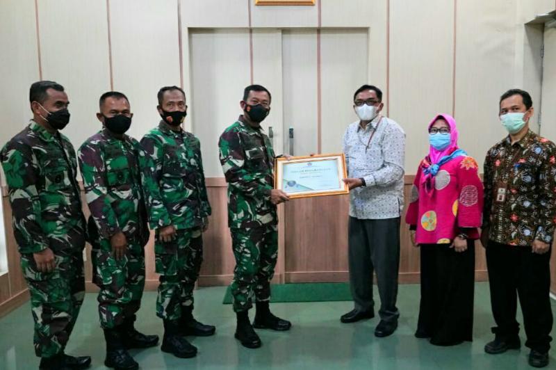 FOTO : Pangdam II/Sriwijaya Mayjen TNI Agus Suhardi saat Penghargaan BMN Award 2020 dari Kepala KPKNL Palembang, Ridho Wahyono di Makodam II/Sriwijaya Jalan Jenderal Sudirman KM 2,5 Palembang, Selasa (02/02/21).