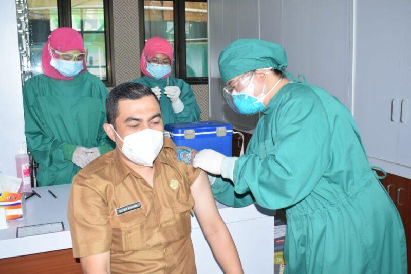FOTO : Direktur RSUD KH. Daud Arief Kuala Tungkal, dr. H. Elfri Syahril Ketika Mengikuti Vaksinasi Covid-19 Tahap I, Senin (08/02/21).