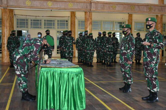 FOTO : Danrem 042/Gapu, Brigjen TNI M Zulkifli pimpin upacara Penyerahan Jabatan Kasrem dan Sertijab Dandim 0416/Bute di Balai Prajurit Makorem 042/Gapu Jambi, Sabtu (13/02/21).