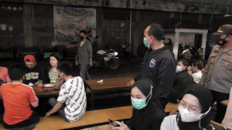 FOTO : Kapolres Tanjab Barat AKBP Guntur Saputro, SIK, MH Saat Cek Kepatuhan Prokes di Kawasan Kuliner Implementasi PPKM Skala Mikro, Sabtu malam (20/02/21)