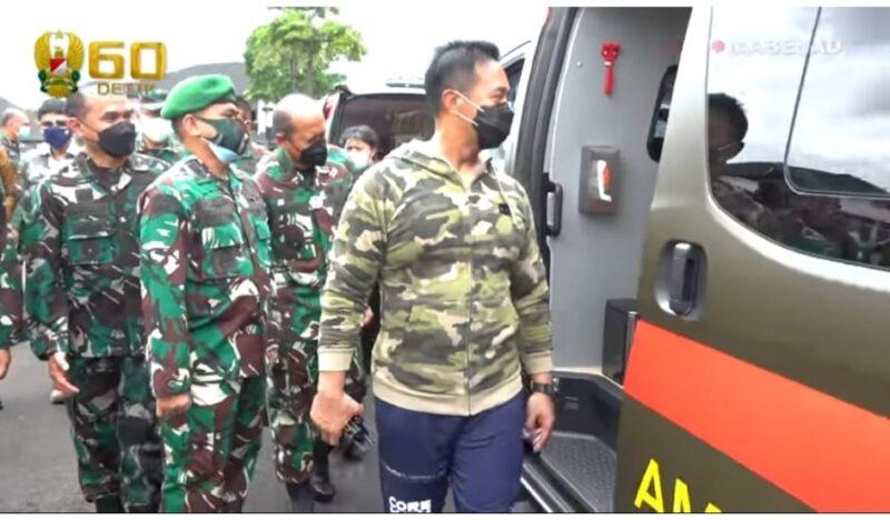 FOTO : Kasat Cek Fasilitas 6 Ambulance Hibah dari PT. Kebun Tebu Mas diserahkan oleh Ali Sanjaya Boedidarmo selaku Direktur Utama di Markas Besar TNI Angkatan Darat, Selasa (23/02/21).
