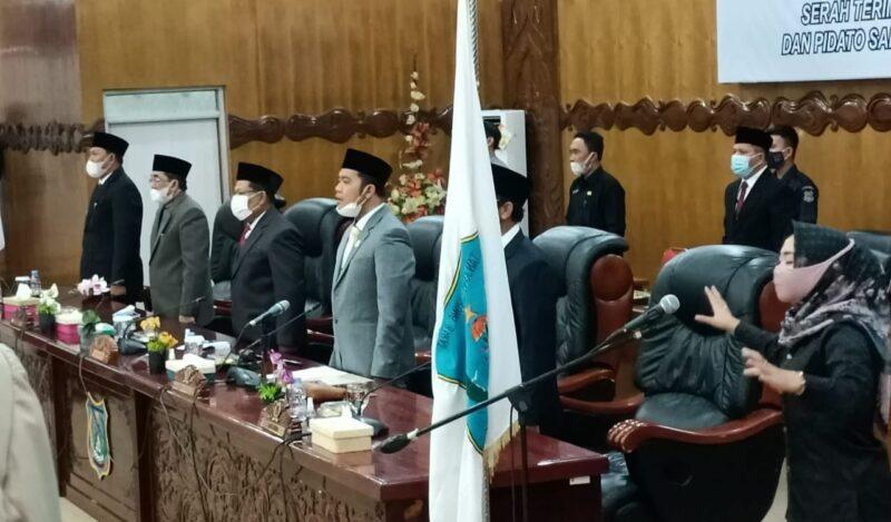 FOTO : Dewan Perwakilan Rakyat Daerah (DPRD) Tanjab Barat menggelar Rapat Paripurna dalam rangka serah terima jabatan Bupati dan Wakil Bupati Tanjab Barat dan Pidato Sambutan Bupati Tanjab Barat, Senin (01/03/21).