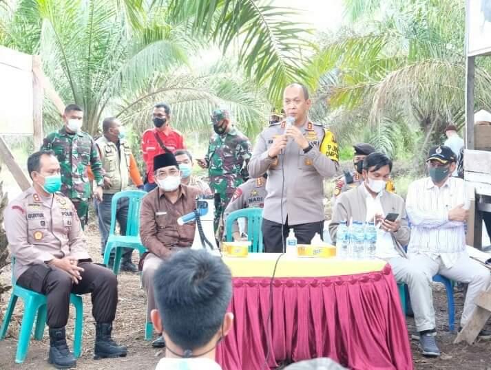 FOTO : Bupati H. Anwar Sadat bersama Kapolda Jambi Irjen Pol A. Rachmat Wibowo, SIK Saat Kunjungan Mengecek Embung Air Swadaya Masyarakat di Desa Muntialo, Kecamatab Betara, Kamis (04/03/21).