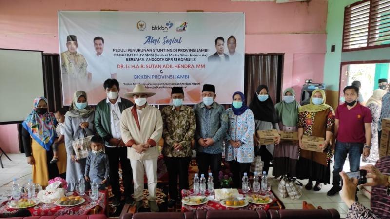 FOTO : Aksi Sosial HUT ke-4 SMSI bersama anggota DPR RI Komisi IX, Sutan Adil Hendra (SAH) dan BKKBN Provinsi Jambi di SMAN 7 Kota Jambi berjalan lancar, Minggu (07/03/21).