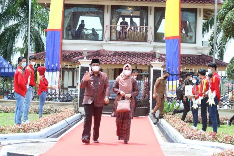 Bupati Tanjab Barat KH. Anwar Sadat didampingi Istri Hj. Fadhilah Sadat Saat Hadiri Jelajah Jambi di Auditorium Rumah Dinas Gubernur. FOTO : Prokopim.