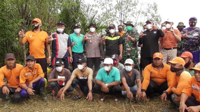 FOTO : Gerakan Menanam Pohon Pelindung dan Mangrove Polres Tanjab Barat bersama unsur Forkopimda dan masyarakat Pesisir Pantai, Jumat (19/03/21).