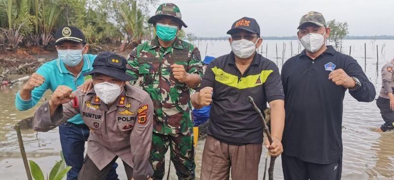 FOTO : Bupati KH. Anwar Sadat, Wabup Hairan bersama unsur Forkompimda dan Masyarakat Saat Lakukan Penanaman Pohon Pelindung dan Mangrove, Jum'at (19/03/21).