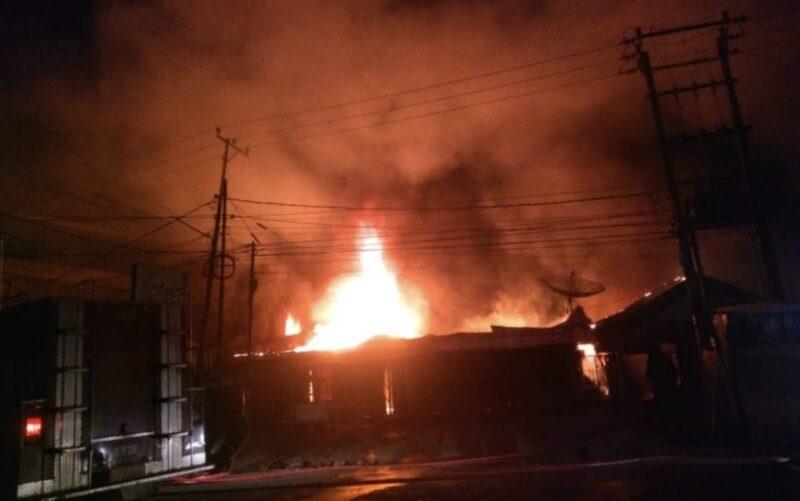 Kobaran Api Menghaguskan Pertokoan dan Rumah Warga di Kota Jambi, Sabtu (02.03/21). FOTO : gerak12.com