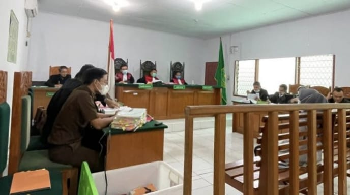 FOTO : Terdakwa Kasus Dugaan Korupsi Dana Bos di Sekolah SDN 4/V Kuala Tungkal Tanjab Barat Menjalani Sidang di Pengadilan Tipikor Jambi, Kamis (18/03/21).