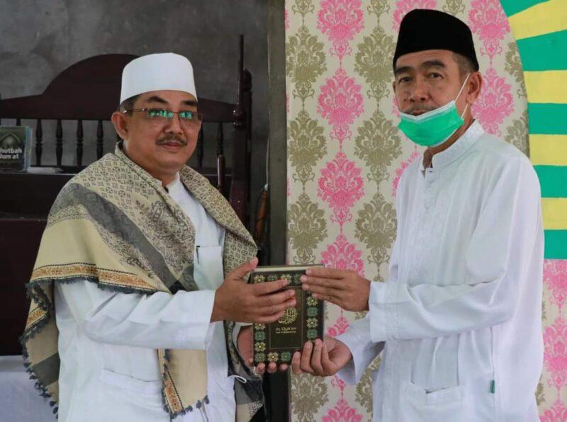 FOTO : Bupati Tanjab Barat KH. Anwar Sadat Menyerahkan Al Quran Untuk Masjid An-Nur Parit Deli Kuala Betara, Jum'at (19/03/21)