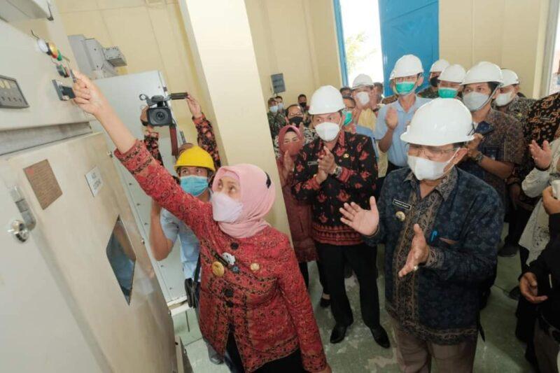 FOTO : Pj Gubernur pada acara meresmikannya aliran listrik untuk 19 desa di Kantor PT LPPPI Tebing Tinggi, Kamis (25/03/21)