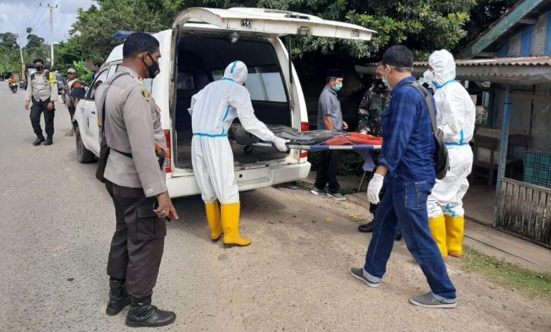 Polisi dan Tim Medis Memakai Alat Pelindung Diri (APD) Evakuasi Jenazah Mr X. FOTO : bidikindonesia.id