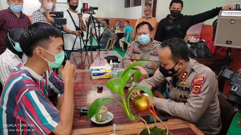 FOTO : Kapolres Tanjab Barat AKBP Guntur Saputro, SIK, MH Saat Menerima Pertanyaan Terkait Salah Satu Kasus Keluarganya yang ditangangi Polres pada 2014 silam, Rabu (31/03/21).
