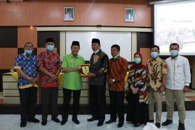 FOTO : Wabup Hairan bersama Anggota Komisi III DPRD bersamaan Wabup Inhil H. Syamsuddin Uti saat Kunjungan Kerja sekaligus Silaturrahim, Kamis (01/04/21).