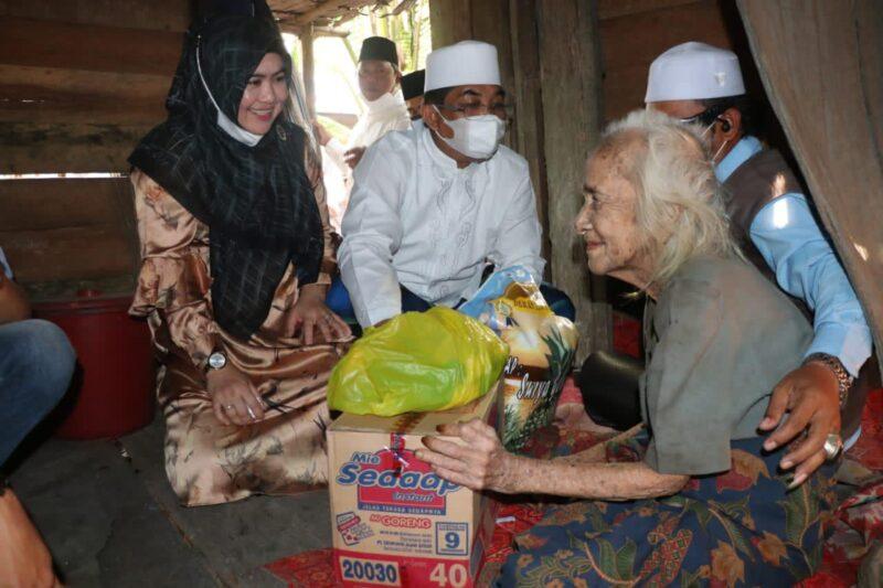 FOTO : Bupati H. Anwar Sadat dan istri di kediaman Nenek Sapniah di Kelurahan Teluk Nilau, Kecamatan Pengabuan, Jum'at (02/04/21).