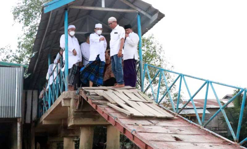 FOTO : Bupati H. Anwar Sadat Saat Melakukan Tinjauan Langsung ke Jembatan Didampingi Wakil Bupati Hairan dan perangkat desa setempat, Jumat (02/04/21).