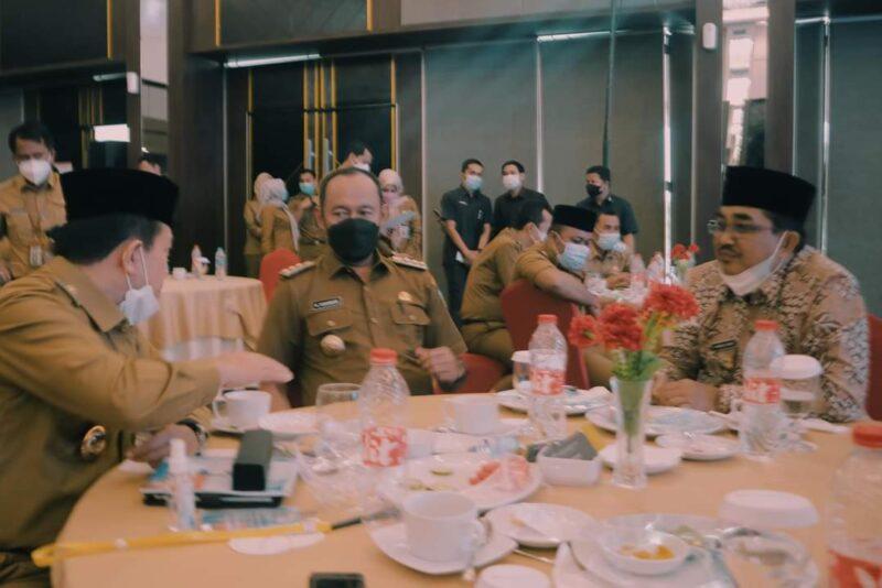 Bupati Tanjung Jabung Barat H. Anwar Sadat saat Hadiri Musrembang RKPD Provinsi Jambi 2022 di Ballroom Swiss-Belhotel Jambi. FOTO : KOMPIM,
