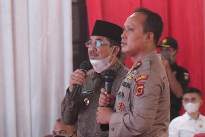 FOTO : Bupati H. Anwar Sadat dan Kapolres Tanjabbar AKBP Guntur Sapotro Pada Acar Pengukuhan Polsek Tebung Tinggi, Rabu (07/04/21).