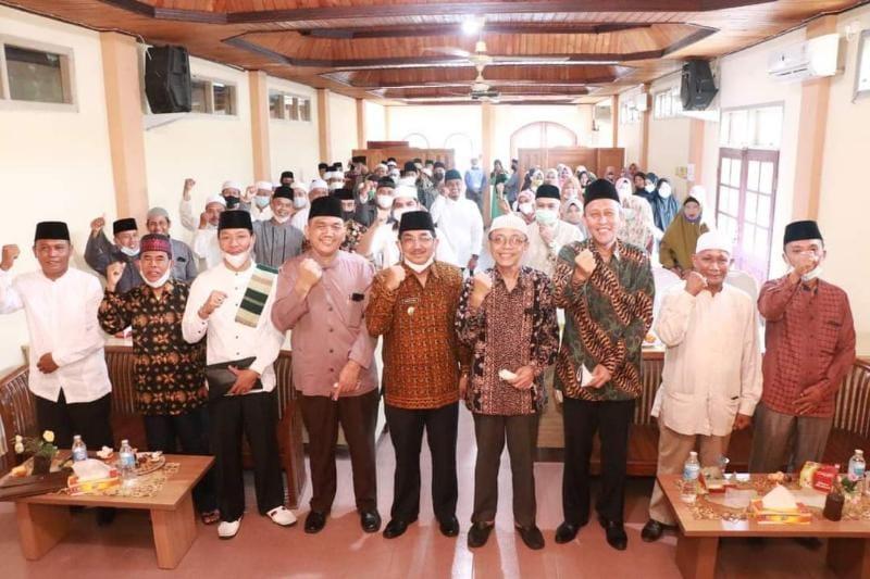 Bupati Tanjab Barat H. Anwar Sadat saat Menghadiri TC Pembinaaan Qori' Qori'ah Tanjabbar Tahap I di Hotel Arriyadh Kuala Tungkal. FOTO : Prokopim