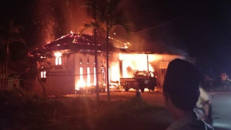 Api Membesar Menguasi Bidang Rumah Warga yang Tebakar. FOTO : Ist