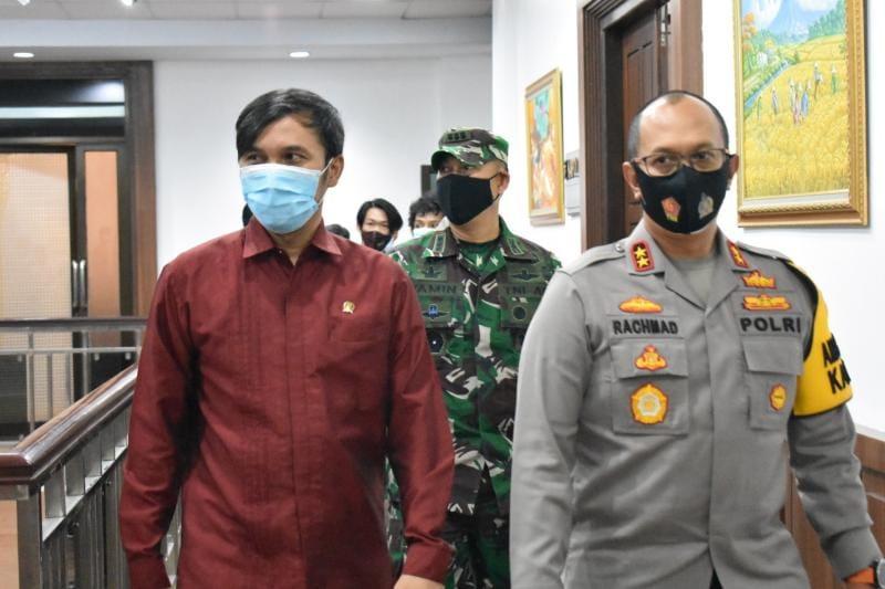 Kasrem 042/Gapu, Kolonel Inf M.Yamin Dano Menuju Ruang Vicom bersama Kapolda Jambi, Selasa (13/04/21).
