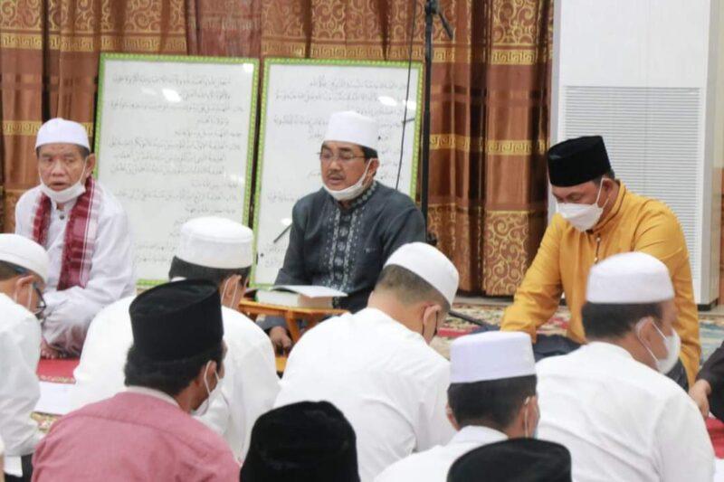 FOTO : Bupati KH. Anwar Sadat Saat Pimpin Pengajian Ramadhan, Tausiyah dan Wiridan Thoriqoh di Rumah Dinas Jum'at (16/04/21).