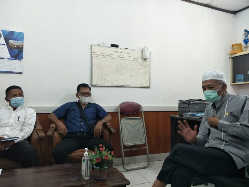 Ketua Komite SMAN 1 Tanjabbar Didampingi Aliansi Wartawan Tanjung Jabung Barat Sharing dengan Diskominfo. FOTO : Istimewa