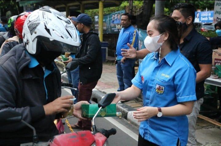 Ketua Umum KNPI Haris Pertama bersama jajaran membagikan takjil bagi para pengendara di sekitar kantor DPP KNPI, Jalan HR Rasuna Said, Jakarta Selatan. FOTO : Haris Pertama.