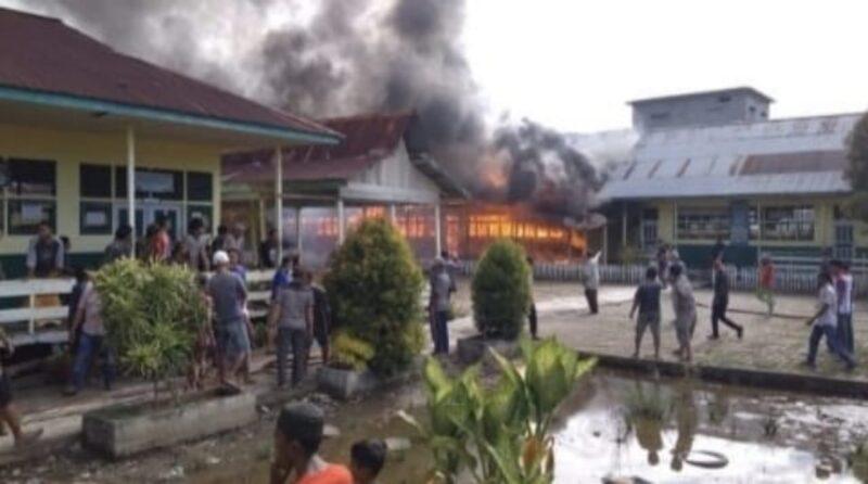 Api Saat Membakar Sekolah Dasar Negeri 16/X Nipah Panjang, Kabupaten Tanjung Jabung Timur. FOTO : Buserdirgantara7.com