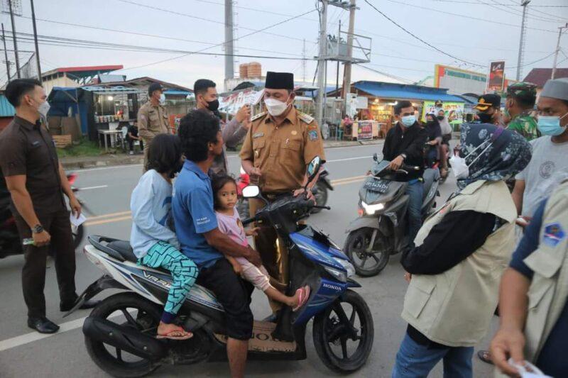 Wakil Bupati Hairan bersama Satgas Covid-19 Sat Turun ke jalan lakukan sosialisasi dan mengingatkan warga akan pentingnya penggunaan masker, Selasa (20/04/21).