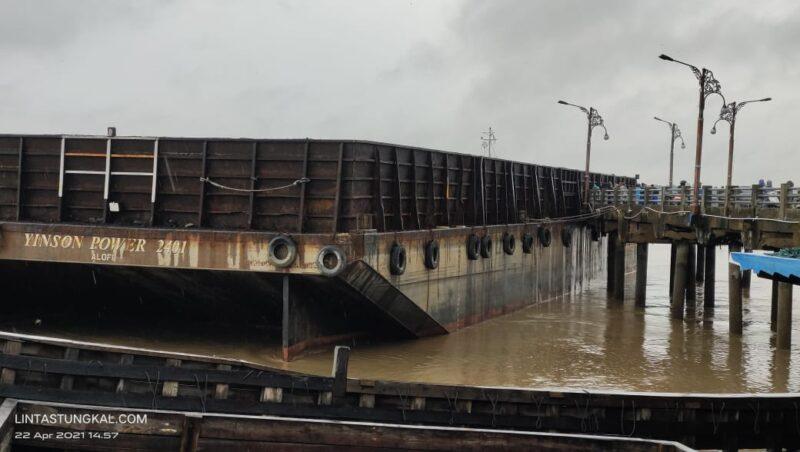 FOTO : Kapal Tongkang (Takboat) Saat Menghimput Jembatan WFC Kuaka Tungkal, Kamis (22/04/21).