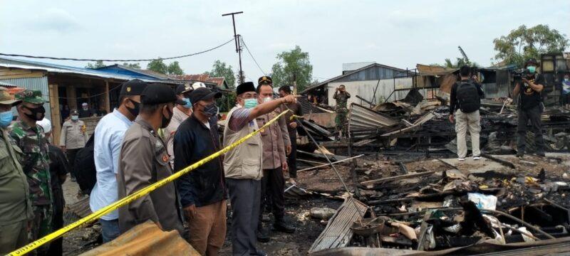 FOTO : Bupati Anwar Sadat bersama Rombongan saat di Lokasi Kebakaran di Teluk Nilai