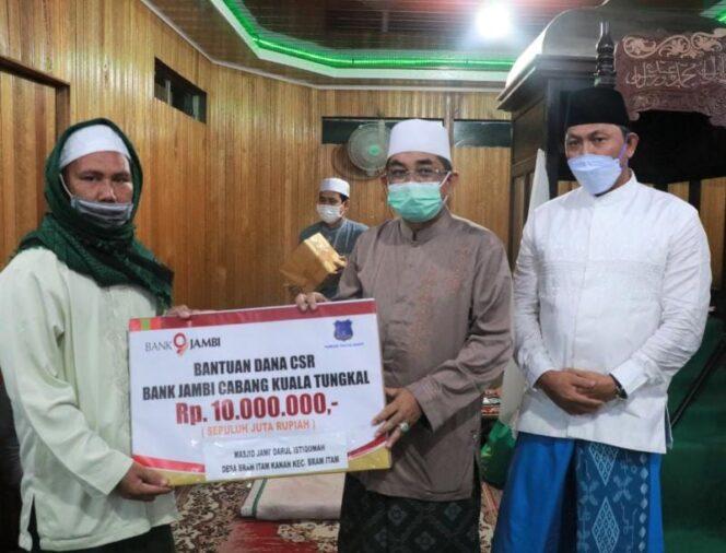 Bupati H. Anwar Sadat didampingi Wakil Bupati Hairan Menyerahkan Bantuan CSR untuk Masjid. FOTO : Prokopim