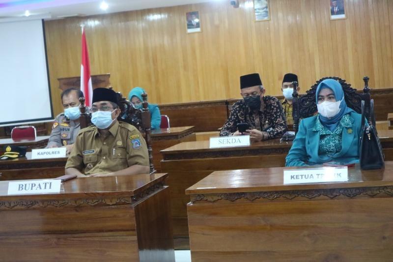 FOTO : Bupati H. Anwar Sadat hadiri pelantikan Bupati dan Wakil Bupati Kabupaten Tanjung Jabung Timur terpilih via Zoom, Senin (26/04/21).