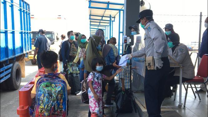 FOTO : Aktipitas Penumpang dari Batam di Pelabuhan Roro Kuala Tungkal, Kab. Tanjab Barat.