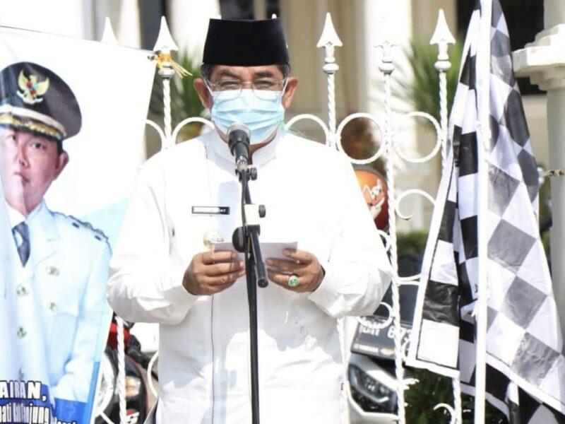 FOTO : Bupati Tanjab Barat KH. Anwar Sadat Saat Sambutan Launching Pembelian Beras Produksi Petani Lokal oleh ASN di Alun-alun Kota, Kamis (29/04/21).