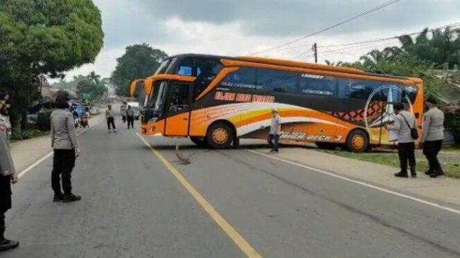 Petugas Menyetop dan Memeriksa Salah Satu Bus Antar Provinsi di Pos Penyekatan. FOTO : Istimewa.