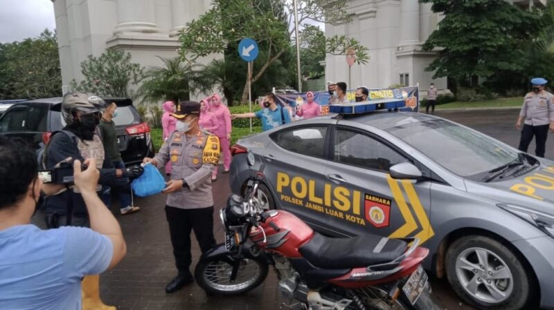Kapolres Muaro Jambi AKBP Ardiyanto, SIK, MH bersama Ketua Bhayangkari Cabang Aini Ardiyanto membagikan Takjil di depan Citra Raya City. FOTO : Humasres.
