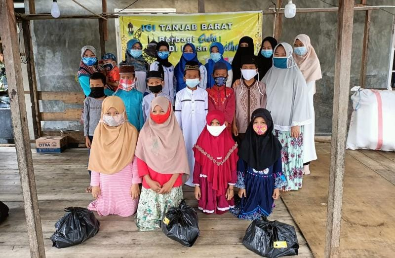 Kegiatan IGI Tanjabbar, MRI dan SFY Gelar Bakti Sosial Berbagi Sembako Hardiknas 2021, Minggu (02/05/21). FOTO : IGI Tanjab Barat.