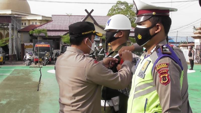 Kapolres Tanjab Barat AKBP Guntur Saoutro, SIK, MH Memasang Pita Tanda Dimulai Operasi Ketupat Siginjai 2021 di Mapolres Tanjababar, Rabu (05/05/21).