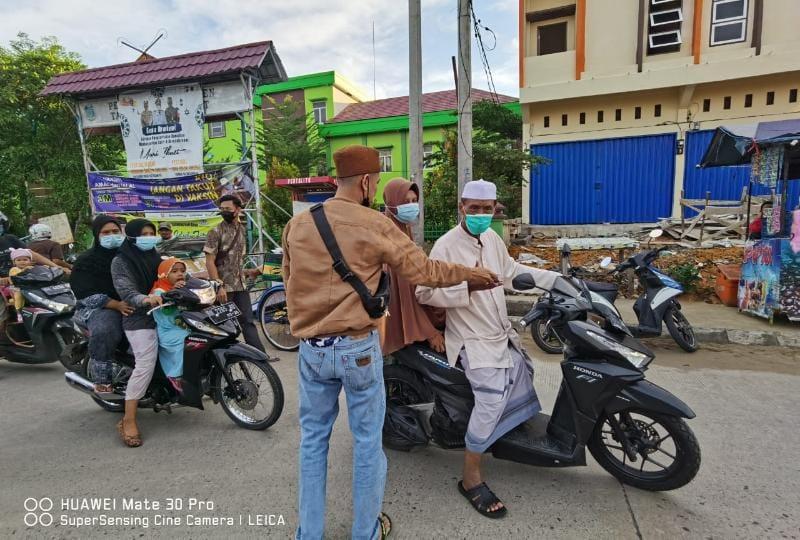 Tim Kompas Anwar Sadat-Hairan Saat Baksoa Bagikan Ratusan Paket Takjil dan Masker. FOTO : Mr.