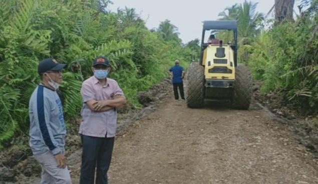 FOTO : Bupati H. Anwar Sadat saat Tinjau Perbaikan Jalan Patunas-Sriwijaya, Sabtu (08/05/21).