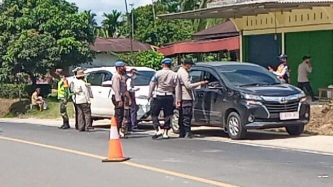 Petugas Gabungan di Pos Perbatasan Jambi-Sumsel Melakukan Pemeriksaan Kendaraan di Perbatasan Jambi-Pelembang. FOTO : Istimewa.