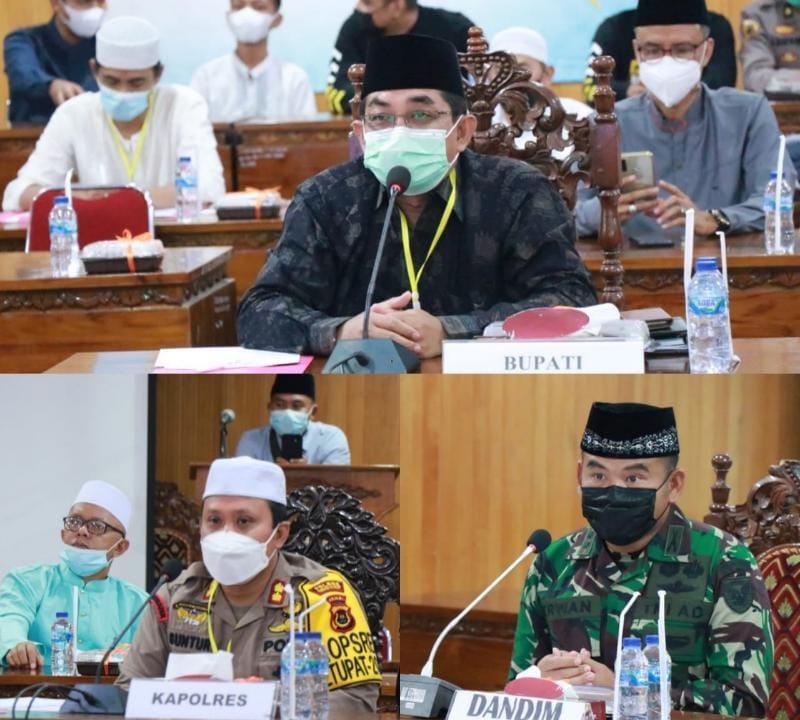 FOTO : Bupati Tanjab Barat H. Anwar Sadat Bersama Forkopimda saksikan langsung Festifal Arakan Sahur Online secara virtual di Aula Vicon Kantor Bupati, Sabtu (08/05/21)