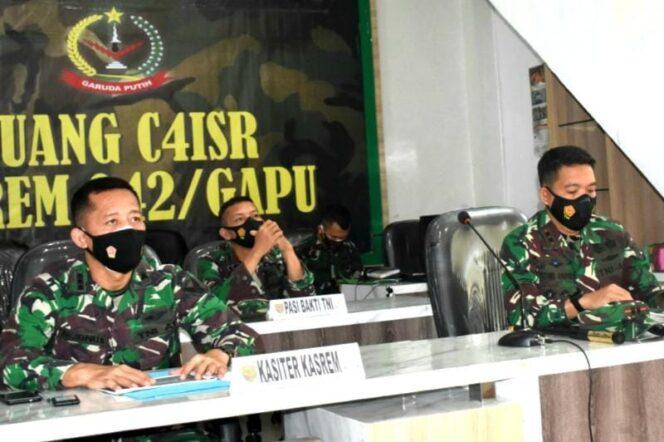 Kasiter Kasrem 042/Gapu Kolonel Arh Mokhamad Ibnu Sukelan Saat Ikuti Rakor Kesiapan Pelaksanakan TMMD ke 111 Tahun 2021 Bersama Aster KASAD. FOTO : Korem 042.