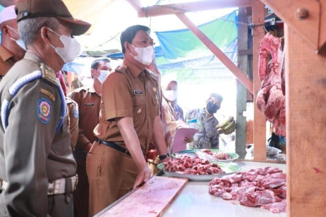 Wakil Bupati Hairan SH bersama OPD terkait Saat Sidak Pasar Jelang Idul Fitri, Senin (10/05/21).