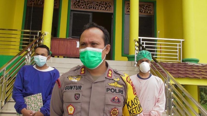 FOTO : AKBP Guntur Saputro saat Meninjau Pasien Menjalani Isolasi di Gedung Balai Adat, Selasa (11/05/21)