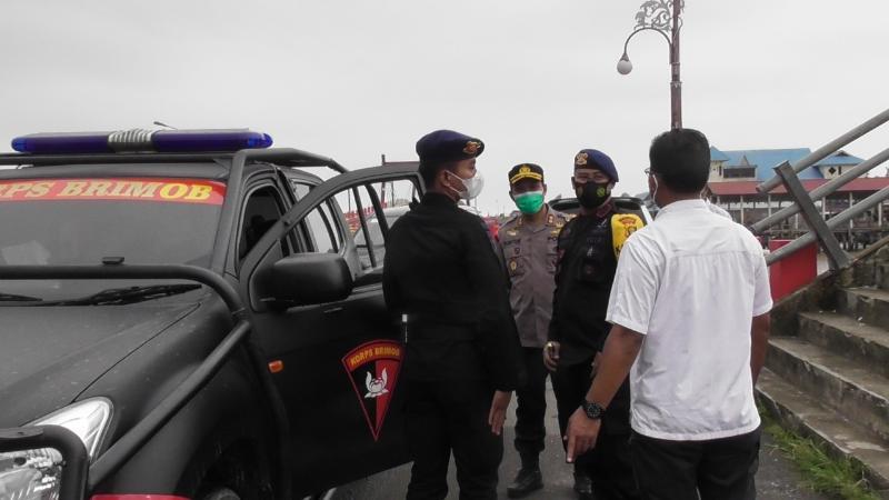 FOTO : Kapolres Tanjab Barat AKBP Guntur Saputro, SIK, MH bersama Dansat Brimob dan Kasubdit I Intelkam Polda Jambi tunjau pengawasan Posyan Ops Ketupat 2021 di Pelabuhan LASDP, Selasa (11/05/21).