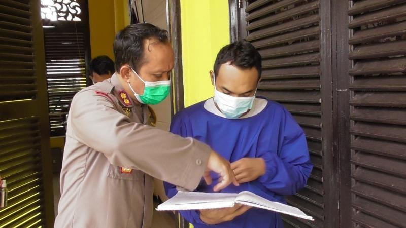 Kapolres Kunjungi Pasien Covid-19 yang Tengah Isolasi di Gedung Balai Adat. FOTO : Humas ResTjb.